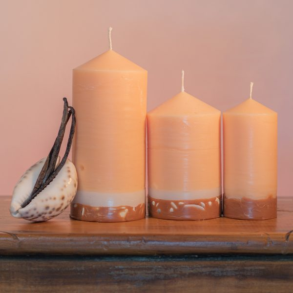 Warm, rich and ever popular, pure Vanilla essential oils create a creamy-coloured candle which features a base of white and caramel, embedded with river pebble.