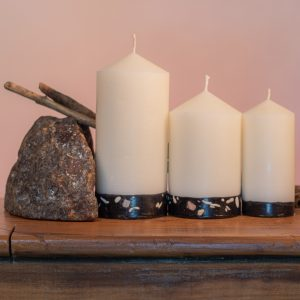 Reminiscent of exotic spice bazaars, the blended essences of Frankincense, Sandalwood and Ylang Ylang endow this range with a subtle sophistication. This is an elegant white candle with a black base embedded with white and pink river pebbles.